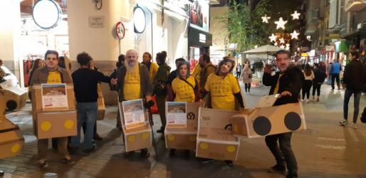 Miembros de la plataforma, con caretas de Matas, Ensenyat, Garrido, Munar y Jurado.