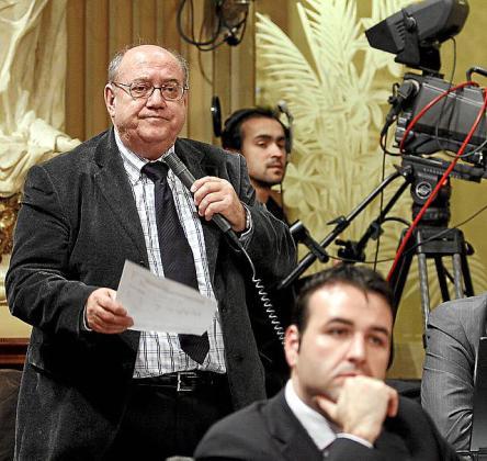 Gascón, micrófono en mano, durante un pleno en 2009.
