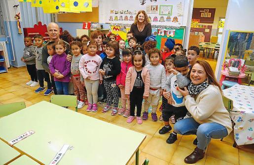 Aina Picó, a la derecha, con el grupo de niños que ensaya 'nadales'.