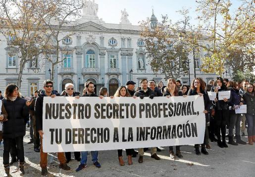 """El colectivo de periodistas durante la concentración que bajo el lema """"Nuestro secreto profesional, tu derecho a la información"""" ha protagonizado frente al Tribunal Supremo para protestar contra el ataque de a la libertad de información que supone la incautación de móviles y ordenadores a periodistas de Mallorca."""