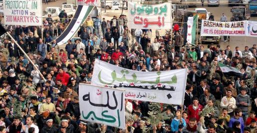 Imagen que consiguió eludir la censura y que muestra una multitudinaria manifestación en la localidad de Binsh contra Al Asad.