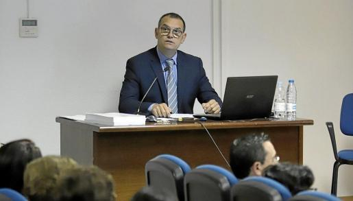 Miquel Ballester Julià, delineante, aparejador e historiador, en la defensa de su tesis.