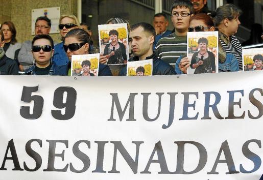 Concentración ayer en repulsa por el asesinato de una mujer en la localidad almeriense de Roquetas de Mar.