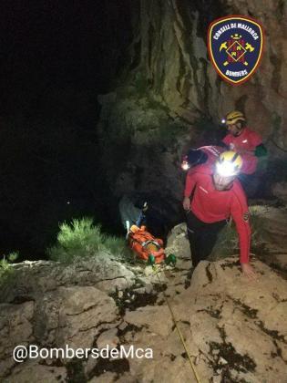 El Grupo de Rescate de Montaña de Bombers de Mallorca, transportando a la mujer accidentada este viernes en el Pas des Llis.