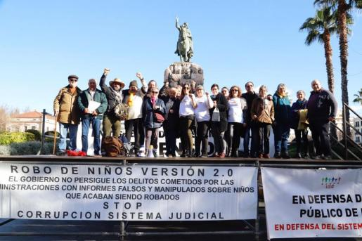 Los concentrados, este sábado ante la estatua de Jaume I, en la Plaza de España, en Palma.