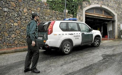 Efectivos de la Guardia Civil en el lugar de robo.