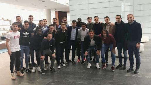 Los jugadores del Reus, junto a los representantes de la AFE.