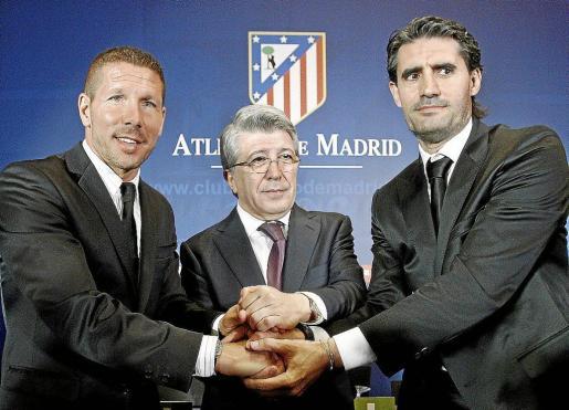 Simeone, junto al presidente del Atlético, Enrique Cerezo, y el director deportivo del club, José Luis Pérez Caminero.