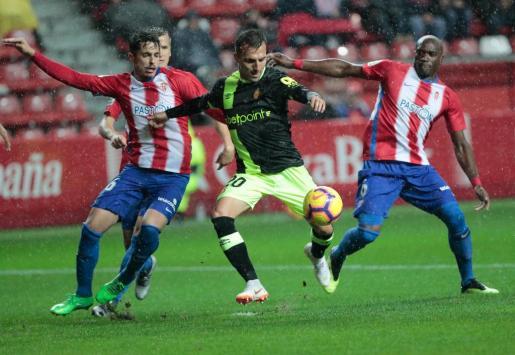 Cordero y Babin presionan al mallorquinista Pablo Valcarce durante el partido disputado este sábado en El Molinón.