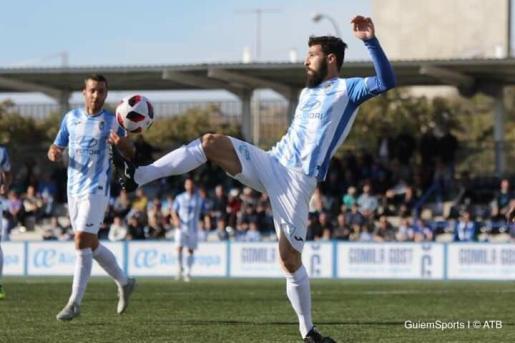 Una jugada del partido disputado en Son Malferit este domingo contra el Badalona.