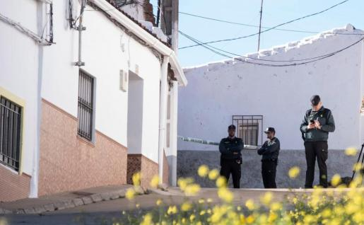 Efectivos de la Guardia Civil custodian la vivienda de la joven zamorana Laura Luelmo, desaparecida desde el miércoles en la localidad de El Campillo.