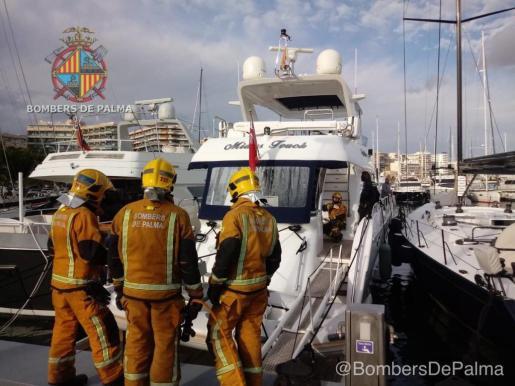 El suceso ha movilizado a los bomberos, a la Policía Portuaria y a la Guardia Civil.