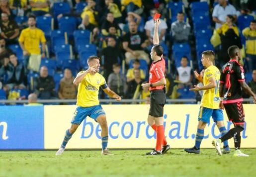 El árbitro vasco Gorka Sagués Oscoz expulsa a David García, jugador de Las Palmas, durante el derbi canario de este fin de semana.