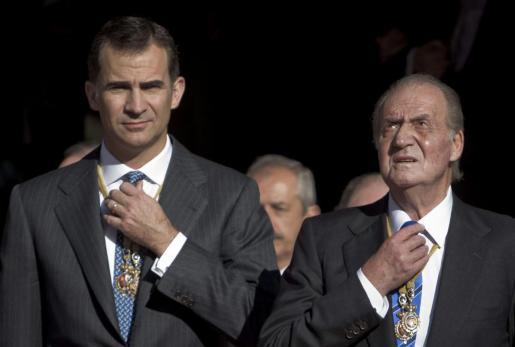 El rey Juan Carlos y el príncipe Felipe salen del Congreso de los Diputados tras la inauguración de la X legislatura en presencia de los diputados y senadores.