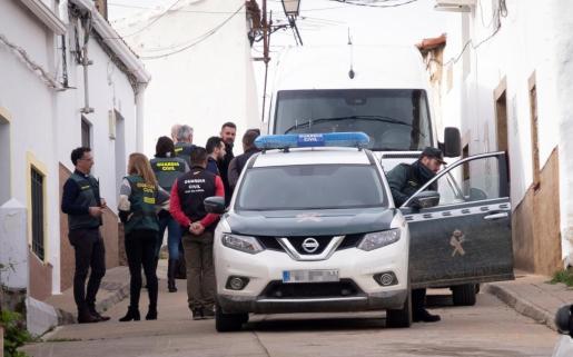 Efectivos de la UCO Guardia Civil inspeccionan una vivienda en la calle Córdoba de El Campillo (Huelva) tras encontrar el cadáver de la joven zamorana Laura Luelmo en una zona de terraplen y matorrales a varios kilómetros de la localidad.