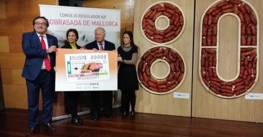 El acto de conmemoración del aniversario de Sobrasada de Mallorca ha contado con la presencia del delegado territorial de la ONCE en Baleares, Josep Vilaseca; la presidenta del Consejo Territorial, Mari Carmen Soler; el presidente del Consejo Regulador de la Sobrasada de Mallorca, Jaume Ballester; e Inmaculada Munar, gerente de Semilla.
