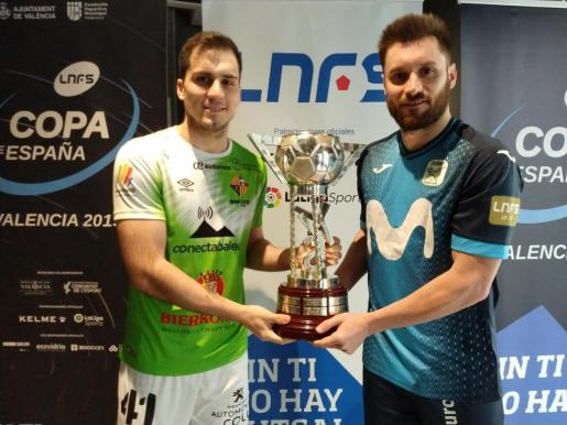 El jugador del Palma Futsal Mati Rosa y el integrante del Movistar Inter Gadeia posan con la Copa de España tras el sorteo realizado en Valencia.