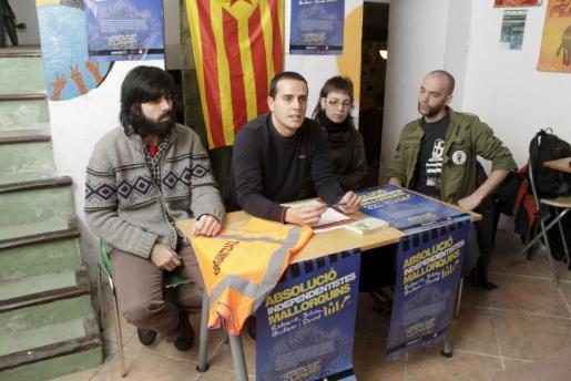 Los cuatro detenidos en la última Diada de Mallorca, durante la rueda de prensa que han ofrecido esta mañana.