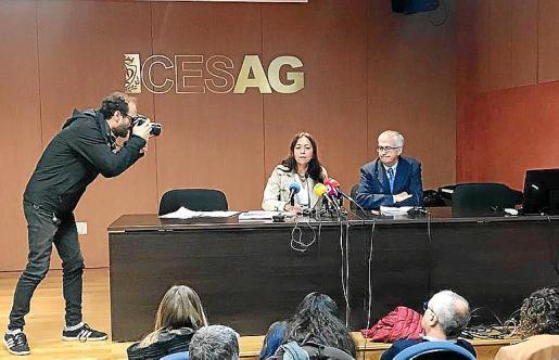 En la imagen, Ángeles Durán presenta en el CESAG al presidente de la FAPE, Nemesio Rodríguez.