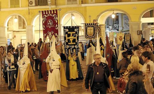 La Procesión de los Estandartes, en la que desfilan representantes de las 33 cofradías de Palma, es la primera de las que se llevan a cabo en Semana Santa y tiene lugar el viernes anterior al Viernes Santo.