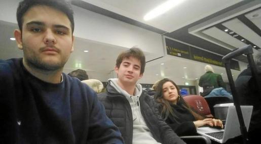 Juan Sánchez, Ignacio Ribas y Martina Gelabert, ayer en el aeropuerto Gatwick tras ser cancelado su vuelo al aeropuerto de Son Sant Joan.