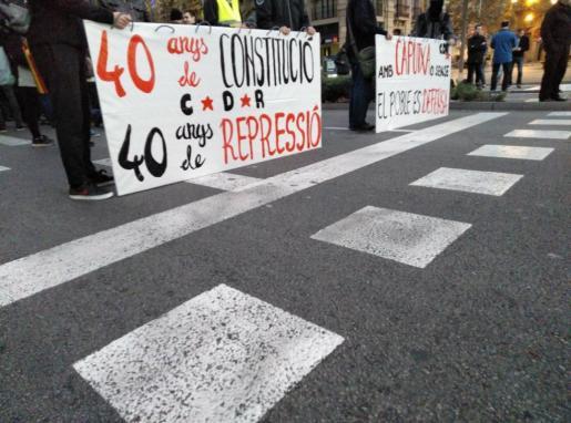 Los CDR se han concentrado en varios puntos de la capital catalana y han emprendido una marcha hacia la localización del Consejo de Ministros, aunque la Policía les ha cerrado el paso.