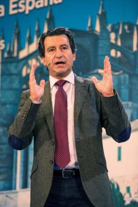 El candidato del PP a la presidencia de Baleares, Biel Company, interviene durante la presentación de los candidatos del PP de las Islas Baleares en el Recinto Espai Francesc Quetglas, de Palma.