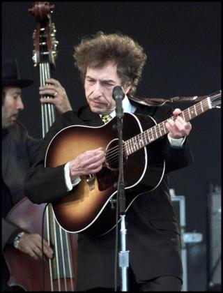 Fotografía de archivo fechada el 29 de junio de 2001 que muestra al cantautor estadounidense Bod Dylan actuando en el festival de Roskilde (Dinamarca).