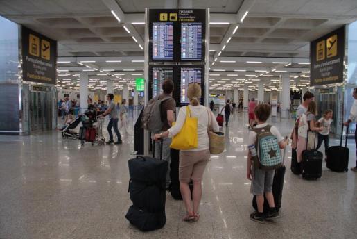 Viajeros en el aeropuerto palmesano de Son Sant Joan.