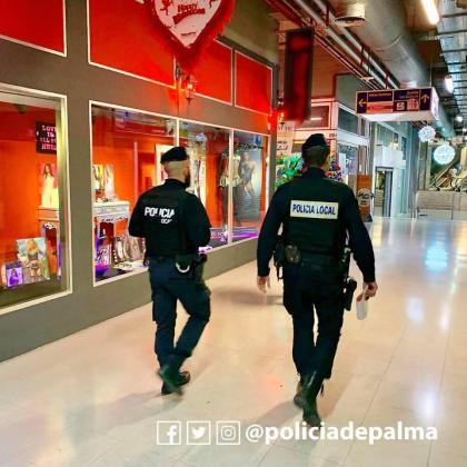 La Policía de Palma delante del escaparate del sex-shop.