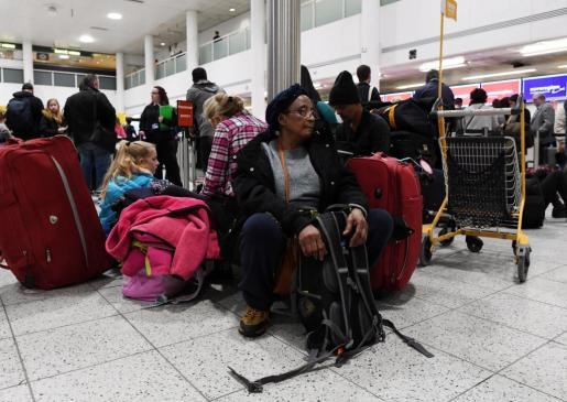 Pasajeros esperan en el aeropuerto de Gatwick tras ser reabierto, en Sussex (Reino Unido).
