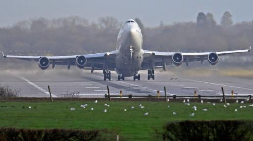 Un avión aterrizando en el aeropuerto de Gatwick tras su reapertura.