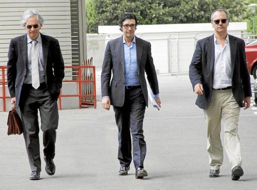 Los administradores concursales del Mallorca: Sebastià Frau, José Miguel Cregenzán y Pedro Mir, en los exteriores de Son Moix.