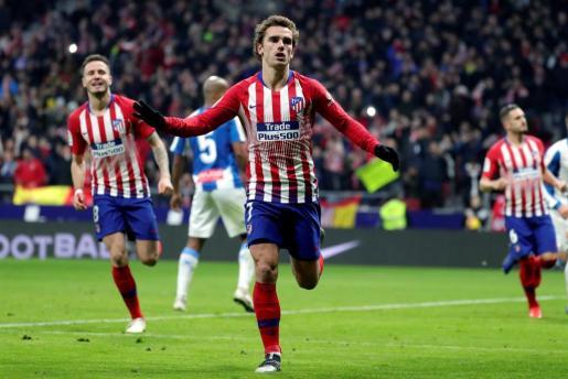 El delantero francés del Atlético de Madrid Antoine Griezmann celebra su gol ante el Espanyol durante el partido de LaLiga Santander, correspondiente a la 17ª jornada, que se disputaba en el estadio Wanda Metropolitano.