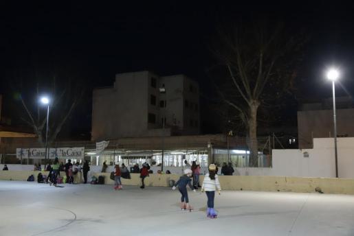 Los vecinos de es Molinar denuncian el mal estado en el que se encuentra la pista de patinaje de la barriada, a la que acuden muchos menores a patinar. La falta de mantenimiento de la pista y las farolas es más que notable.