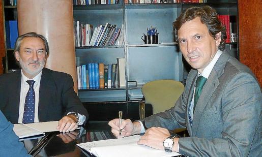 Pau Dols y Mateo Isern firmando el convenio de colaboración.