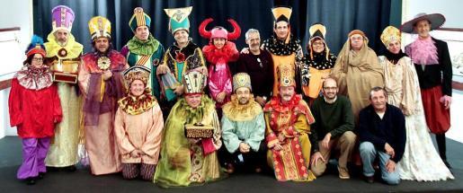Imagen de grupo de las personas que asistieron ayer al ensayo, en el Teatre Mar i Terra. Abajo, el Rei Herodes, que será representado por el médico Ramon Llull. Fotos: PERE BOTA