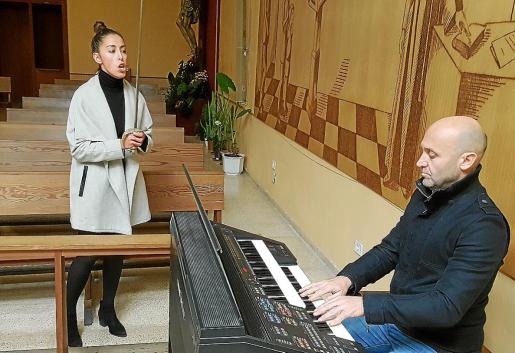 La joven Carlota Pons Cestedosa, durante el último de los ensayos del canto que interpretará en la iglesia de San Pío X de Palma. En la imagen la vemos junto al organista Llorenç Gelabert.