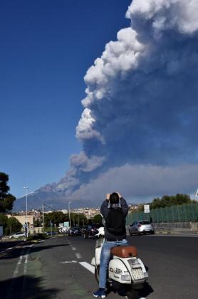 Una columna de humo y cenizas se eleva desde el volcán.