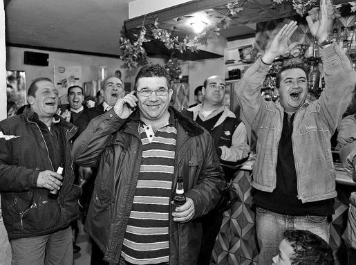 El alcalde de Villar de Cañas, José Luis Saiz (c), celebra con sus vecinos la decisión.