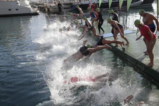 Los participantes se han lanzado al agua a primera hora de este miércoles.