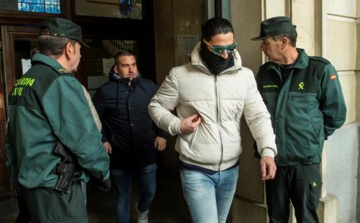 José Ángel Prenda (i) y Alfonso Jesús Cabezuelo (d), dos de los cinco miembros de la Manada, a su salida de la Audiencia de Sevilla tras haber seguido por videoconferencia la vista en la Audiencia de Navarra.