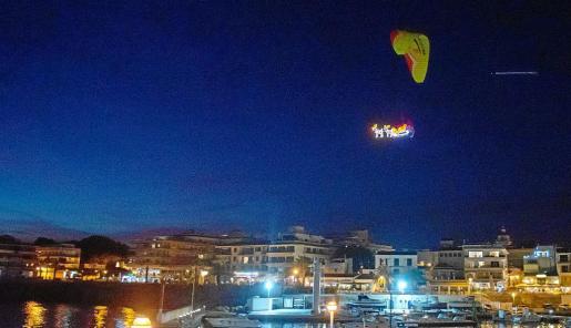 El paratrike volando sobre el puerto de Cala Ratjada.