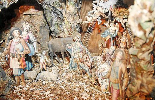 Arriba, colección de figuras recortables. Izquierda, abajo, Rey Mago del belén histórico de cartón pintado del convento.
