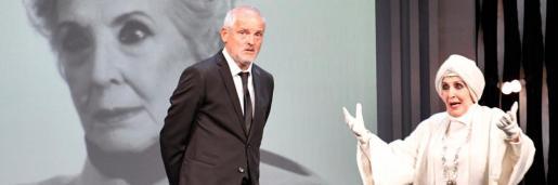 Jordi Rebellón y Concha Velasco, durante una función de la obra de teatro 'El funeral'.