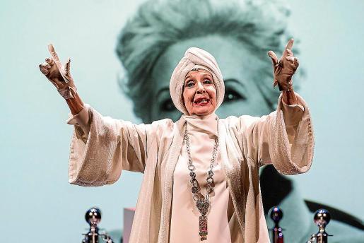 La actriz Concha Velasco, en una función de la obra de teatro 'El funeral'.