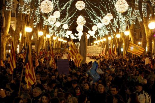 Miles de personas congregadas en el centro de Palma con motivo de la manifestación de la Diada de Mallorca.