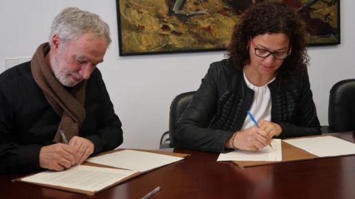 El alcalde de Pollença y la consellera Cladera han suscrito el acuerdo.