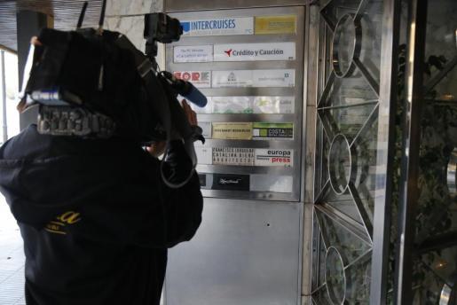 Un cámara en la entrada de la sede de Europa Press durante los registros.