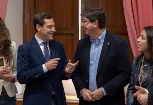 El Partido Popular y Ciudadanos, encabezados por Juanma Moreno (i),y Juan Marín (d), en Andalucía.